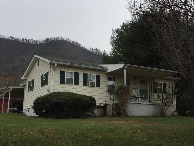 1440 Cedar Ave, Buena Vista, VA 24416 MLS #131346  Range Home with 3 bedrooms, two baths, eat-in kitchen, dining room, double family room, covered front porch with lovely valley and mountain views. Covered back porch with carport. Great Property for the Price.